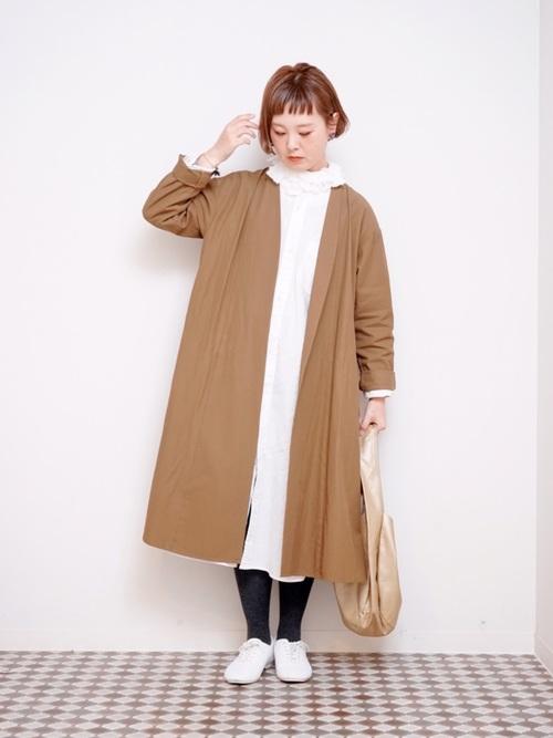 白つけ襟×白ワンピースの秋コーデ