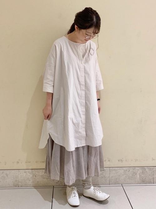 白ロングシャツワンピース×ブローチの夏コーデ