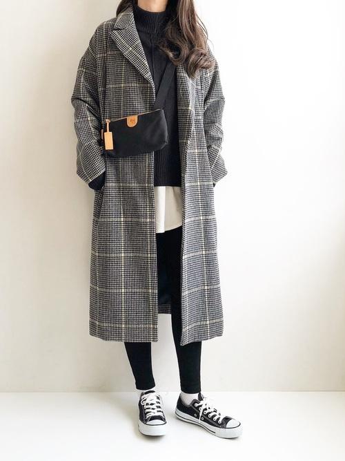 黒スニーカー×チェック柄コートの冬コーデ