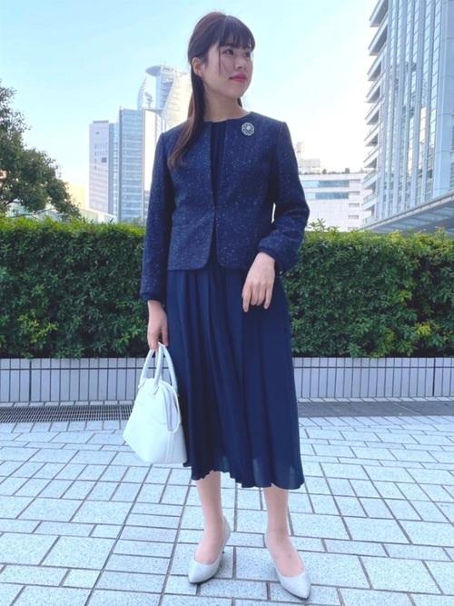 紺ジャケット×ラインストーンブローチの秋コーデ