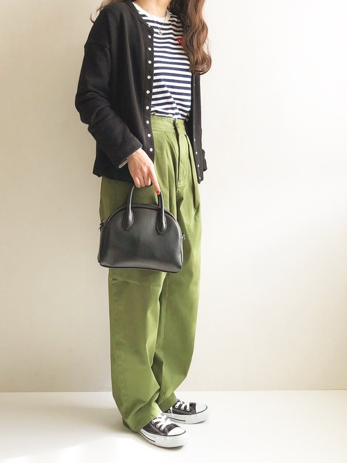 黒コンバース×緑タックパンツの秋コーデ