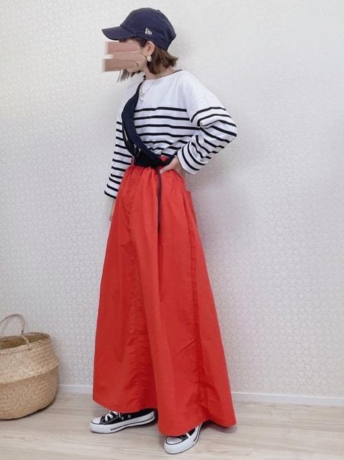 黒コンバース×オレンジスカートの秋コーデ
