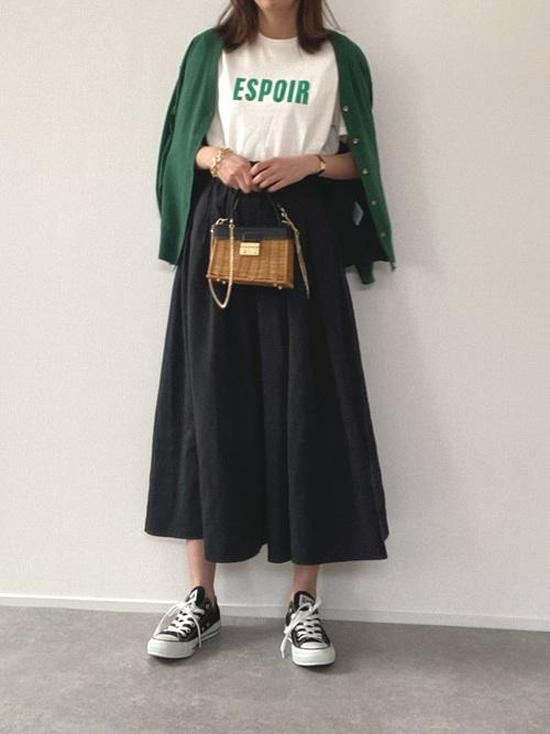 黒コンバース×黒フレアスカートの春コーデ