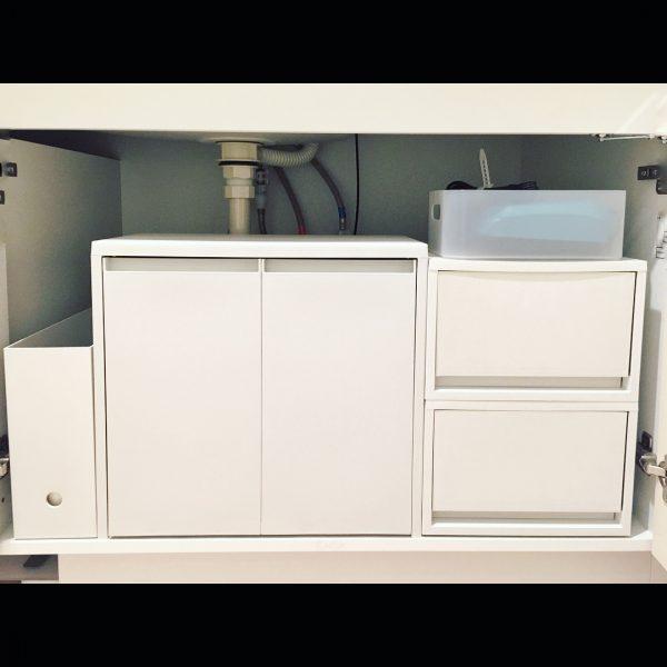 無印グッズを組み合わせた洗面台下収納