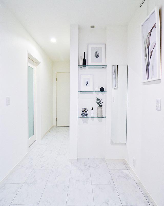 清潔感のあるホワイトインテリアの玄関