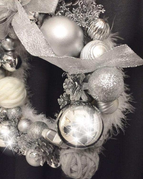 シルバーの飾りが大人な手作りクリスマスリース