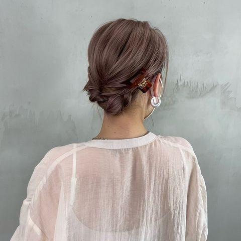 大人で上品な低めのまとめ髪ヘアアレンジ