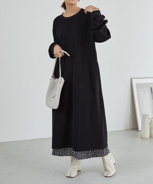 黒ワンピース×細プリーツスカート