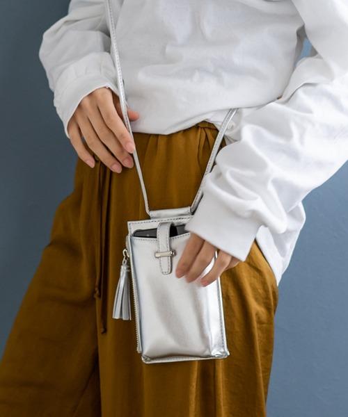 シルバーの輝きがおしゃれなバッグ