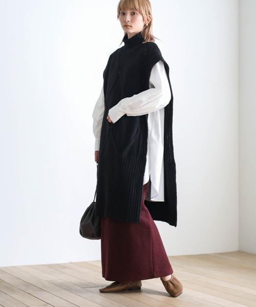黒ニットベスト×白シャツ×紫スカート