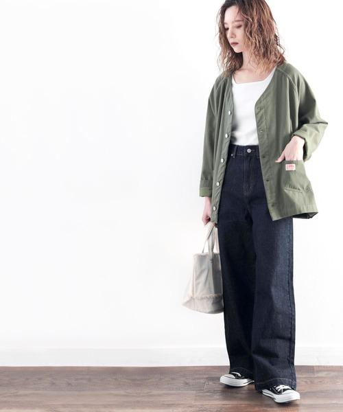 黒デニムワイドパンツ×緑ジャケットの秋コーデ