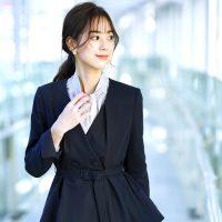 大人女性の《ネイビースーツコーデ》20選。レディースの着こなしは品よくまとめる