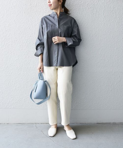白デニムワイドパンツ×グレーシャツの秋コーデ