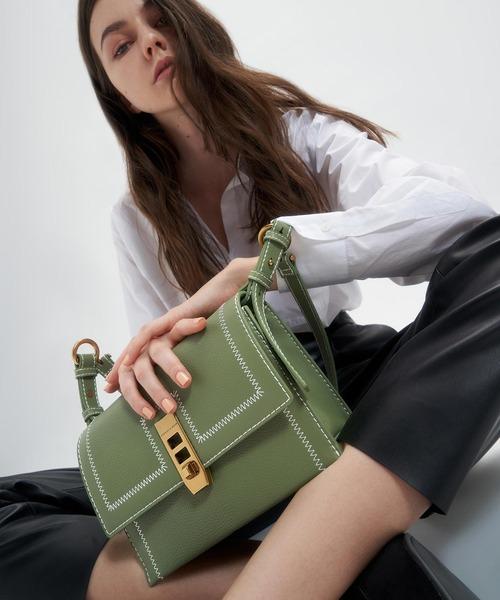 [CHARLES & KEITH] キャンバス ターンロックチェーンハンドルバッグ / Canvas Turn-Lock Chain Handle Bag