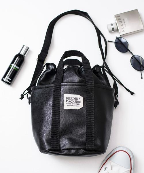 フェイクレザーが高級感のあるバッグ