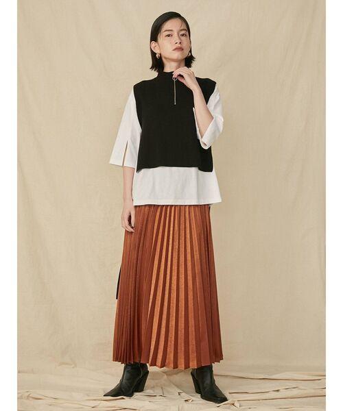 黒ニットベスト×白シャツ×テラコッタスカート