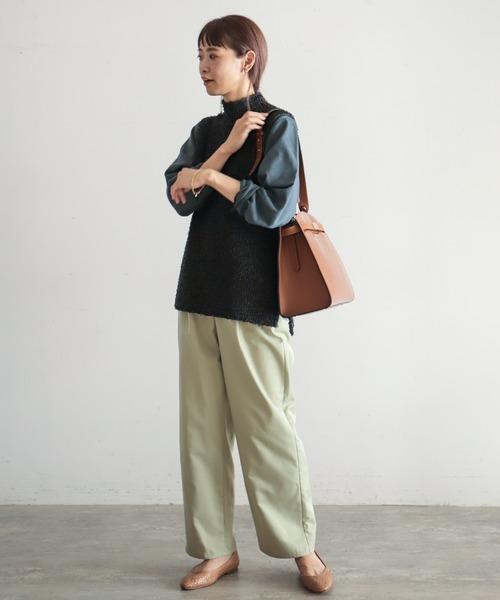 黒ニットベスト×紺シャツ×薄緑パンツ