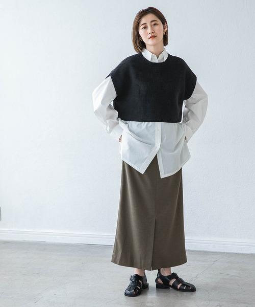 黒ニットベスト×白シャツ×カーキスカート