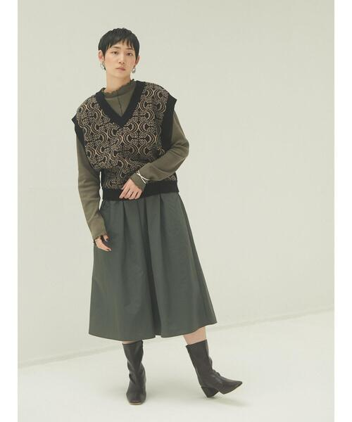 黒ニットベスト×緑トップス×緑スカート
