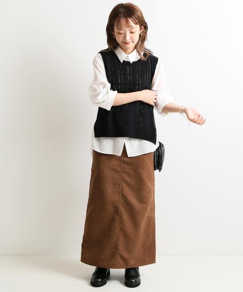 黒ニットベスト×白シャツ×茶色スカート