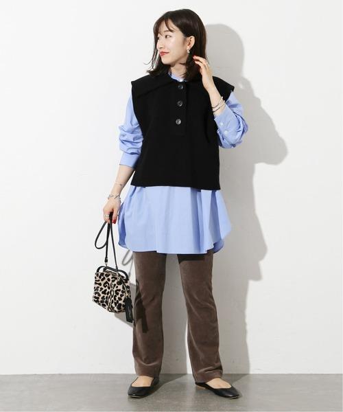黒ニットベスト×青シャツ×こげ茶パンツ