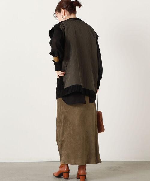 黒ニットベスト×黒シャツ×茶色スカート