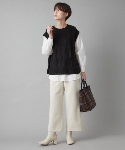 黒ニットベスト×白シャツ×白パンツ