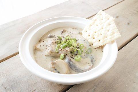 きのこ、クリームシチュー、スープ、しいたけ、クラッカー。