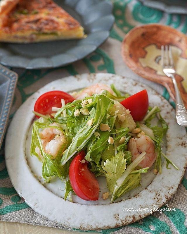セロリ、えび、ピーナッツ、トマト、水菜、タイ風サラダ。