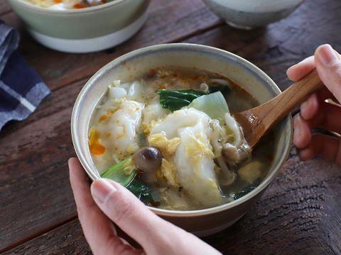 餃子、スープ、しめじ、きのこ、チンゲン菜、中華、ラー油。