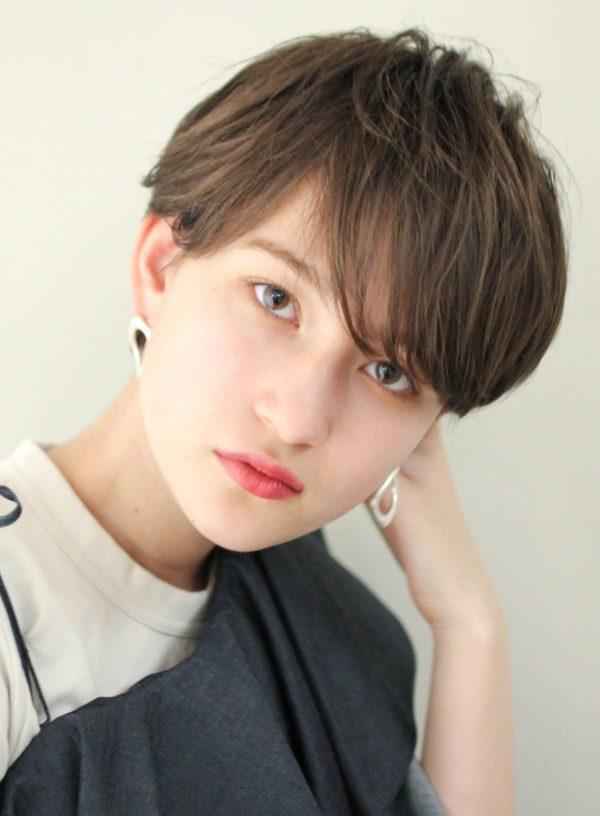 シャープでも女性らしい耳かけショートヘア