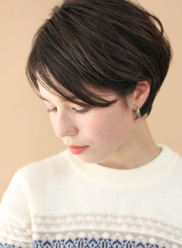 暗髪でも流れが見える耳かけショートヘア