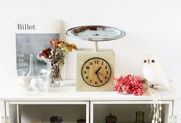 スケール風デザインがおしゃれな置き時計