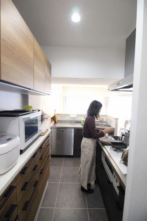 広がりを感じる、オープンな間取りと回遊動線。戸建てからマンションへの住み替えリノベーション5