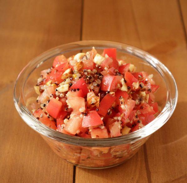 栄養満点!トマトとアーモンドのキヌアサラダ