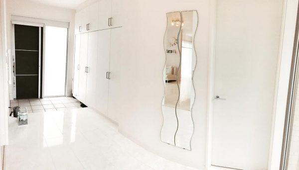 美しいカーブのあるモダン玄関