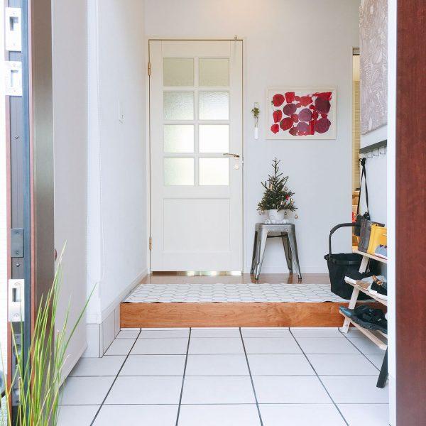 ホワイトカラーで生活感のある北欧風玄関