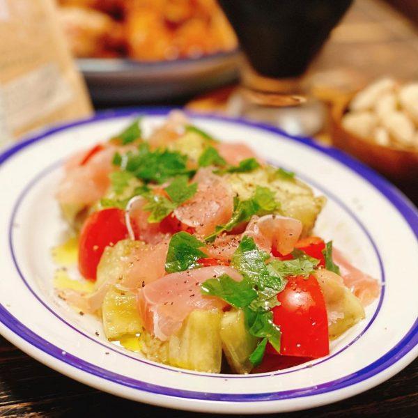 色合い鮮やかな焼きなすとトマトと生ハムのサラダ