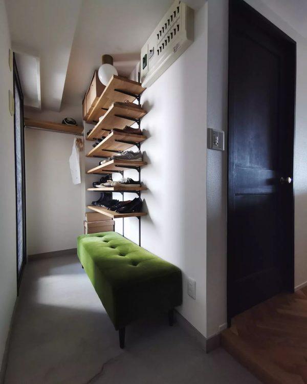 グリーンのソファがある北欧風玄関