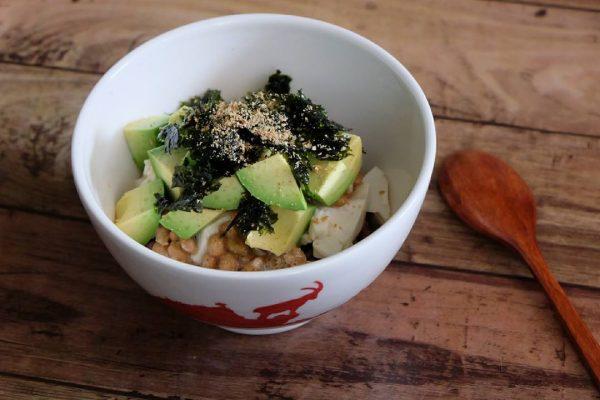 朝ごはんに人気の簡単アボカド納豆丼