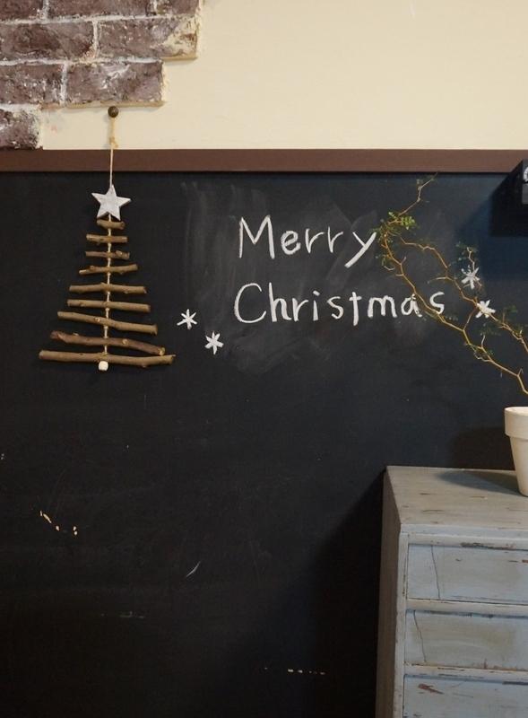 拾った小枝で作る簡単クリスマスツリー